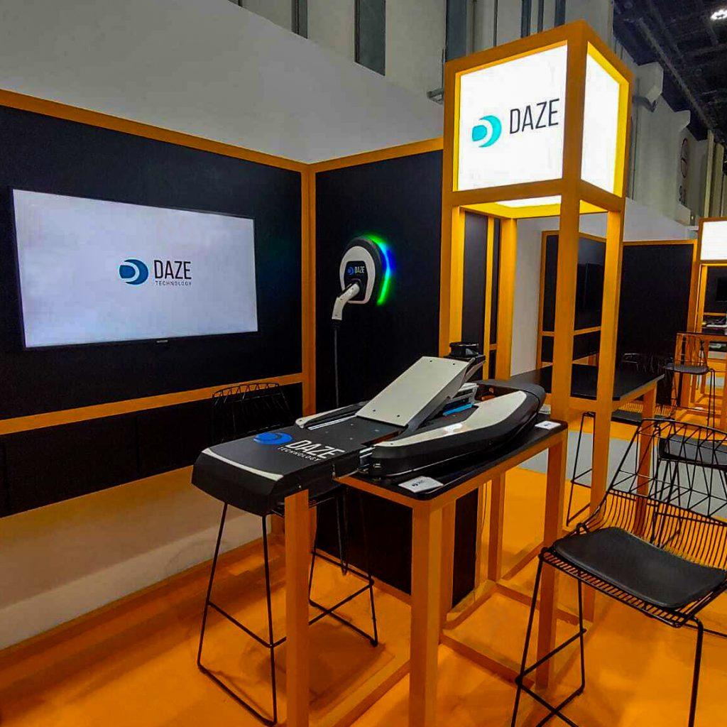 Dettaglio stand presentazione sistema di ricarica automatica alla fiera sulla sostenibilità di Abu Dhabi