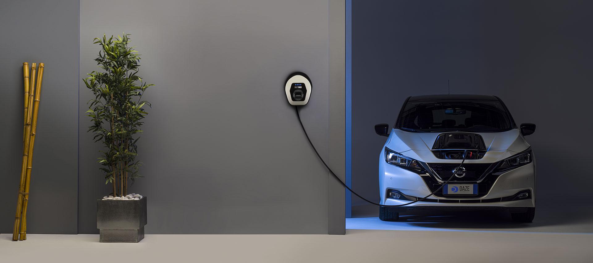 vista frontale di auto elettrica in fase di ricarica con dazebox